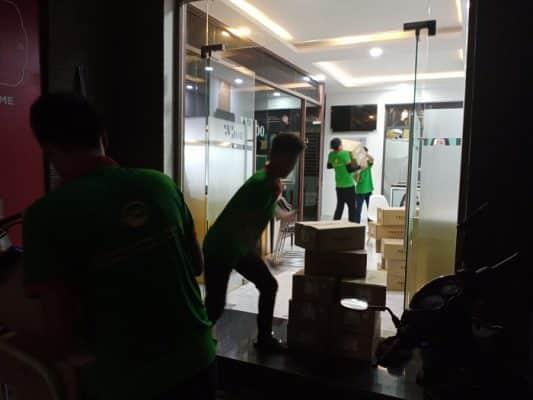 Nhân viên và xe taxi tải của công ty chuyển nhà trọn gói Dịch Vụ Chuyển Nhà Trọn Gói đang chuyển vật dụng lên xe tải cho khách ở địa bàn TPHCM