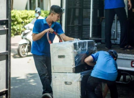 Nhân viên Dịch Vụ Chuyển Nhà Trọn Gói thực hiện các việc nâng chuyển đồ đạc