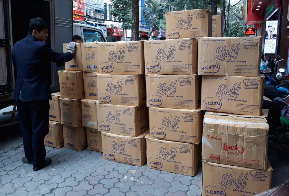 Bạn có thể dễ dàng tìm mua những chiếc thùng carton đủ kích cỡ ở các tiệm tạp hóa