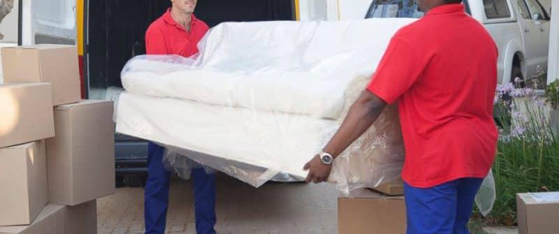 Bảo quản ghế sofa bằng bọc nhựa sẽ giúp bảo quản tốt phần chân ghế