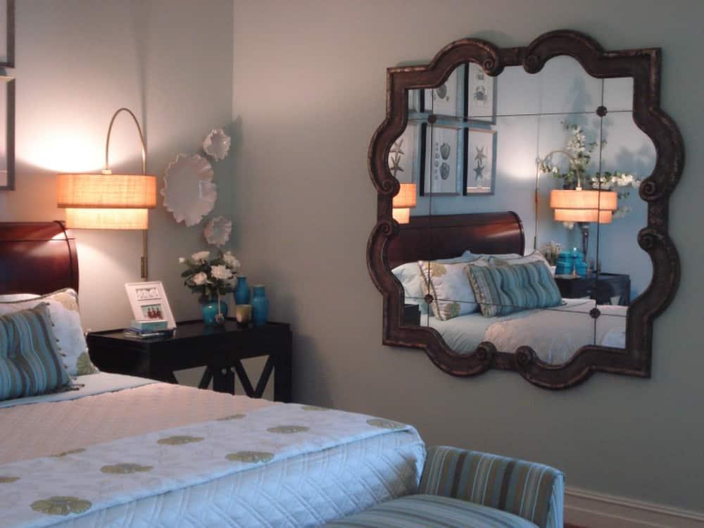 Gương soi đối diện giường ngủ