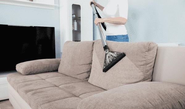 Làm sạch ghế sofa bọc vải.