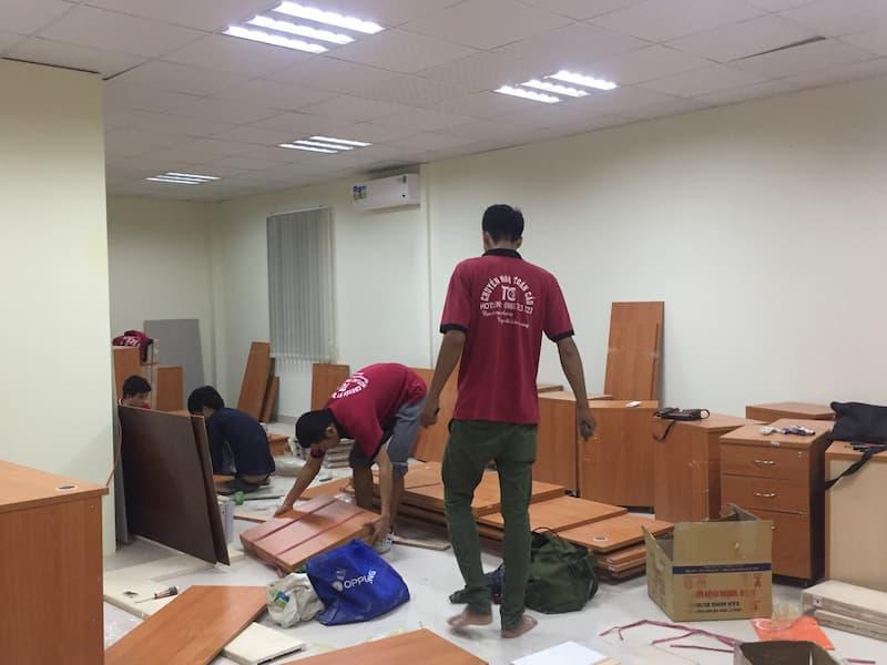 Đội ngũ nhân viên ở Dịch Vụ Chuyển Nhà Trọn Gói đang vận chuyển văn phòng