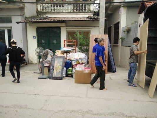 Huy động nhiều người giúp vận chuyển nhà