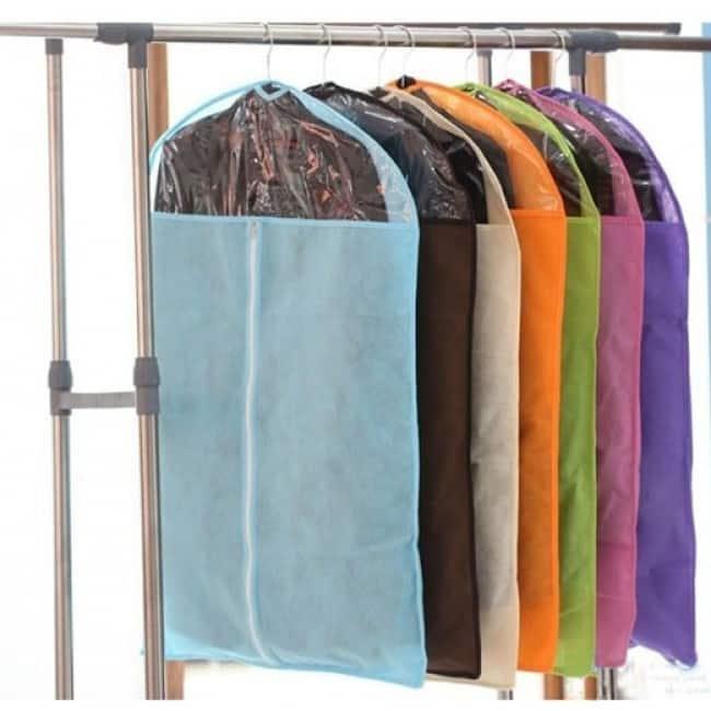 Dùng các túi nilon bao bọc quần áo để đóng gói nhanh hơn
