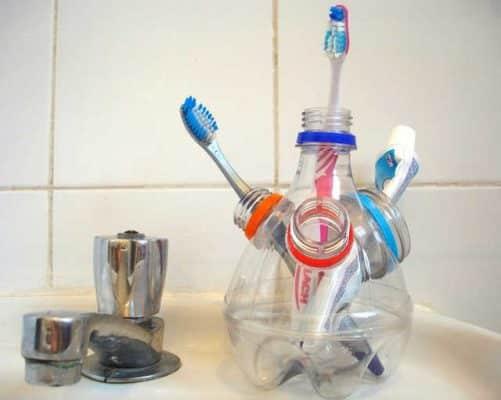 Chai nhựa được tái chế từ vật dụng trong nhà thành đựng bàn chải đánh răng