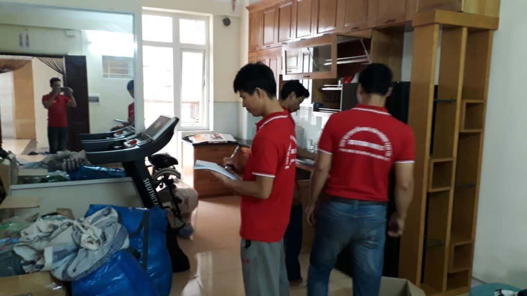 Nhân viên công ty Dịch Vụ Chuyển Nhà Trọn Gói đang tháo lắp tủ đúng kỹ thuật và quy trình làm việc