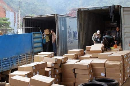 Nhân viên đóng gói hàng hóa cân thận, an toàn