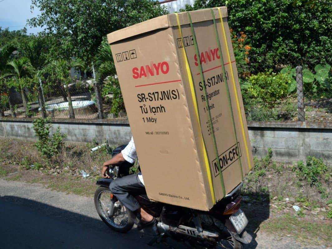 Chở tủ lạnh bằng xe máy có bị phạt không?