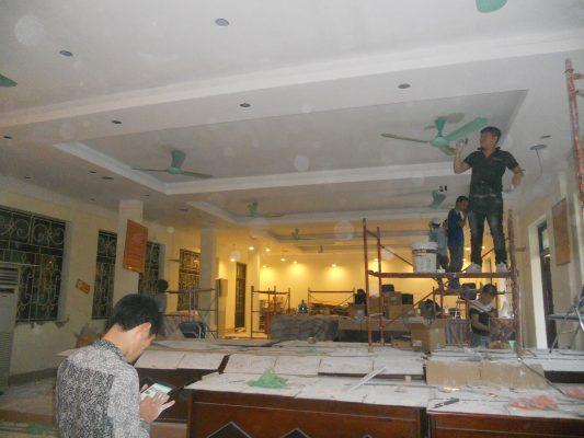 Nhân viên đang thực hiện quy trình hoàn trả mặt bằng văn phòng