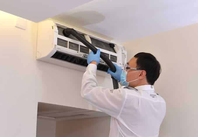Nhân viên lắp đặt di dời máy lạnh tại nhà khách chuyên nghiệp