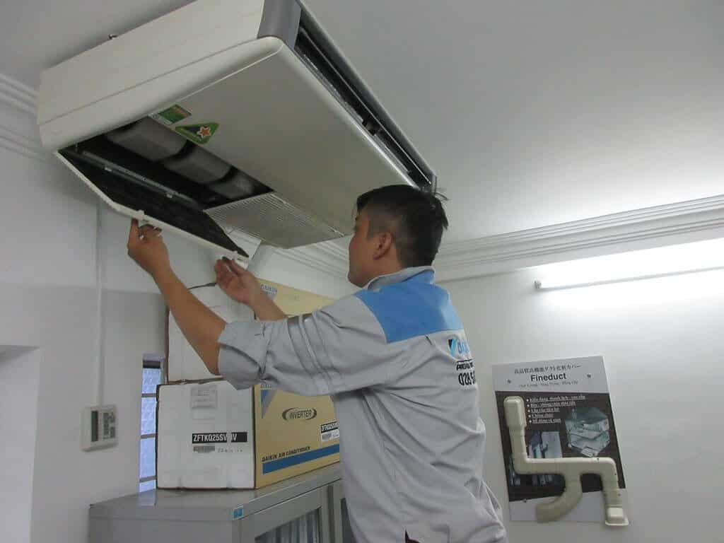 Nhân viên hổ trợ khách hàng tháo máy lạnh chuyên nghiệp