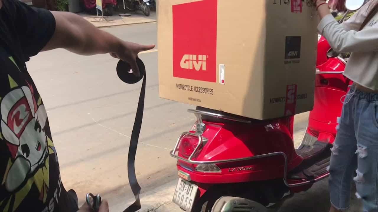 [Chia sẽ] Cách chở hàng bằng xe máy chuyên nghiệp