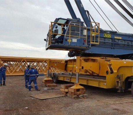 Nhân viên vận chuyển máy móc trong công trình xây dựng
