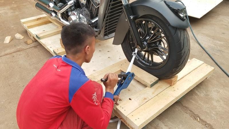 Bọc xe máy bằng bìa khung gỗ