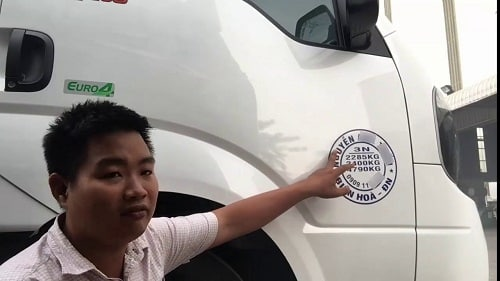 Thông tin tải trọng ghi trên cánh của của xe