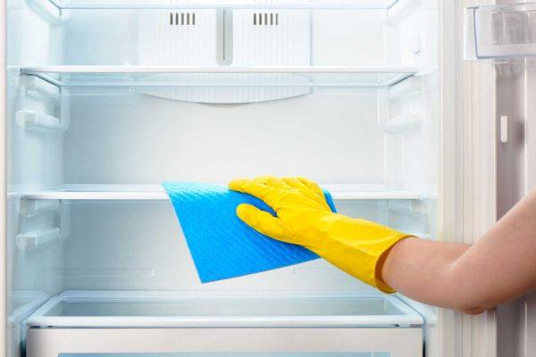 Vệ sinh bên trong tủ lạnh sạch sẽ