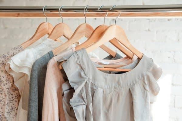 Móc treo quần áo dù đã được gắn cố định vào tường sẽ giúp tiết kiệm diện tích