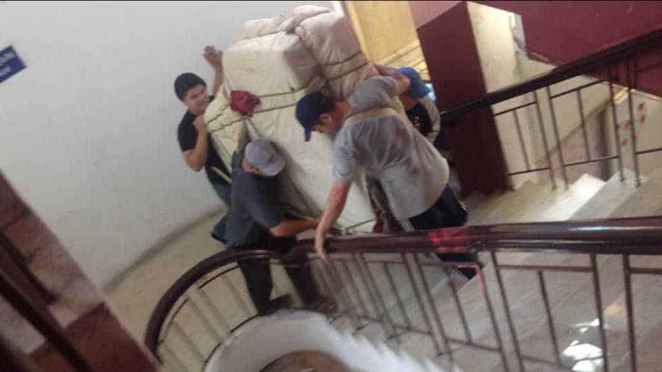Cách khiêng vật nặng lên cầu thang khi chuyển nhà