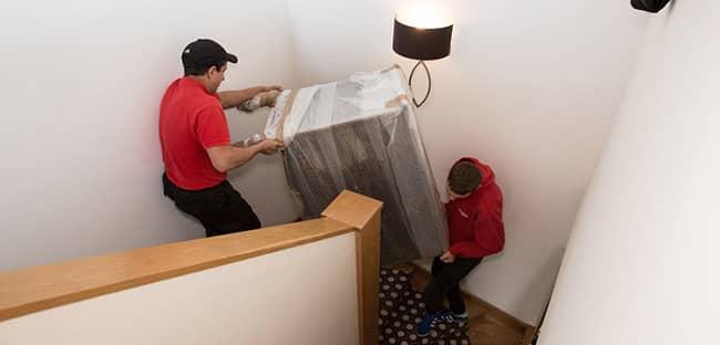 Vận chuyển đồ đạc qua cầu thang hẹp