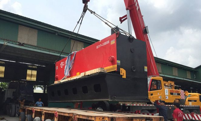 sử dụng những xe cẩu chuyên dụng hỗ trợ công việc chuyển dọn kho xưởng